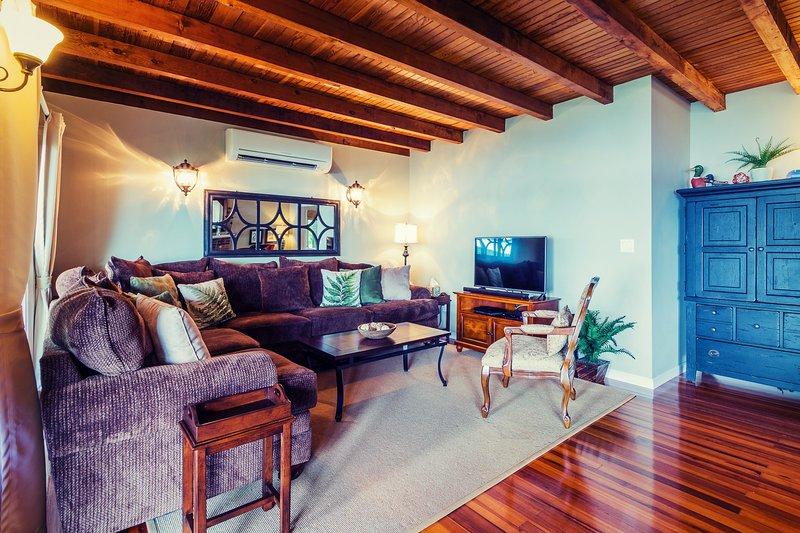 """sala de estar cerca de 46 """"assentos Smart TV 7 hóspedes. Blu ray, filmes e caixa de TV a cabo DVR."""