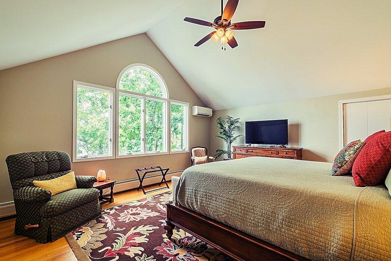 """quarto principal Boston Fern com vista para o lago, 50 """"Smart TV, canais básicos de TV a cabo e leitor de Blu-ray"""