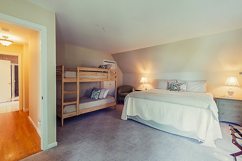 quarto avenca no 2 ° andar com cama King e um conjunto de beliche.