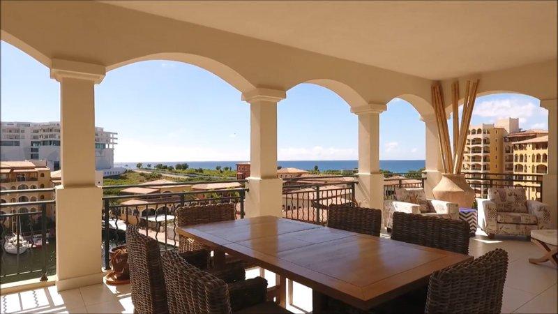 geräumigen Balkon mit freiem Blick auf die Bucht / Ozean ernannt schön