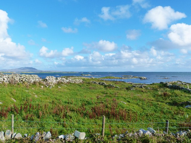 Blick von der Vorderseite des Grundstücks über die Bucht von Ballyconneely