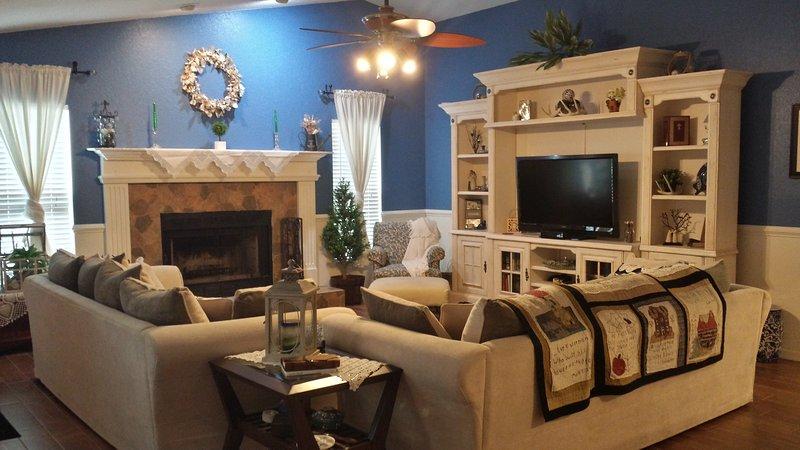 espaçosa sala de estar com TV a cabo, Netflix, um xbox