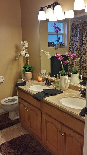 gäst badrum med 2 handfat och dusch / badkar combo