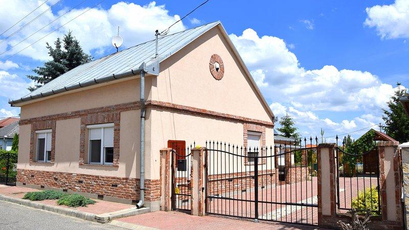 MAISON DE VACANCES UNIFAMILIALE, vacation rental in Vasarosnameny