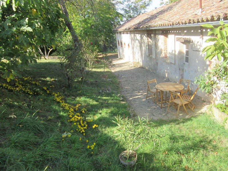 Gîte du Poirier avec piscine dans parc du château, location de vacances à Rabastens