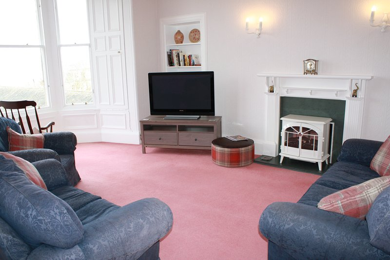 Island View, 3 bedroom apartment overlooking the sea, private patio, seaview, vacation rental in North Berwick