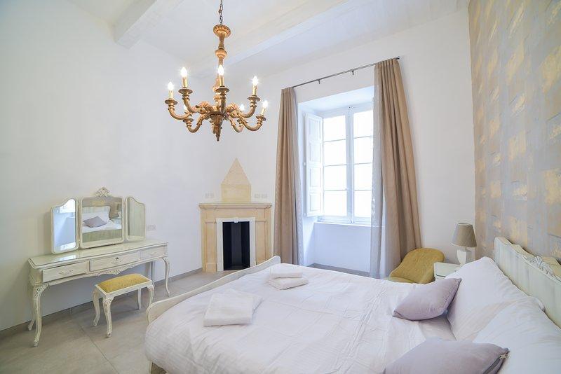 Luxurious two-bedroom apartment in Valletta (Ref: CA2), alquiler vacacional en Floriana