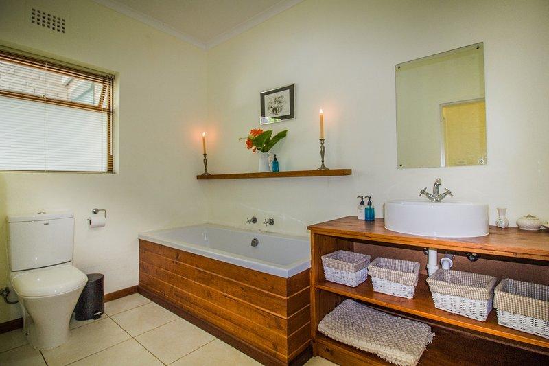 Salle de bain 2 à travers le passage de la chambre 2