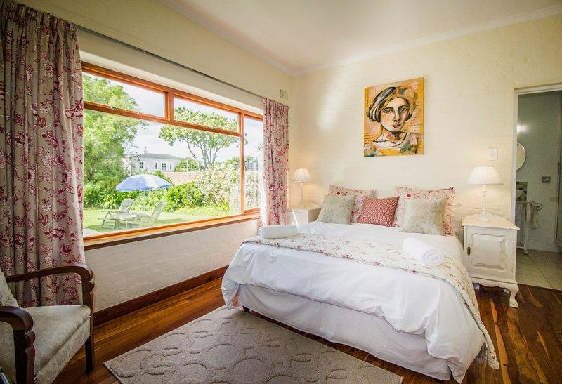 Chambre 1 avec lit queen size et salle de bains