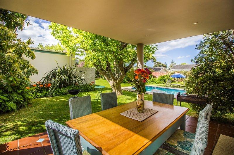 Main House patio avec vue sur jardin et piscine étincelante