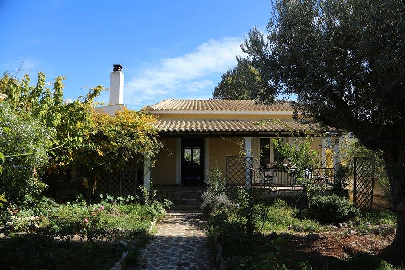 Beautiful Remote Villa with Pool, casa vacanza a Zevgolatio