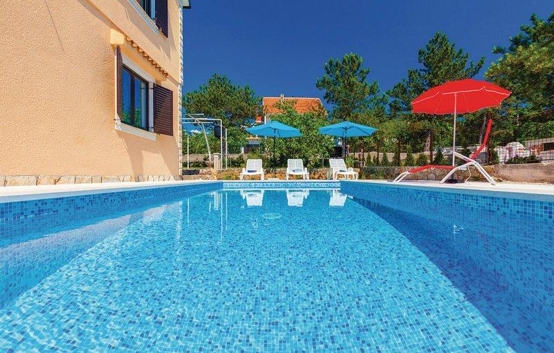 Spacious apt with swimming-pool, location de vacances à Jadranovo