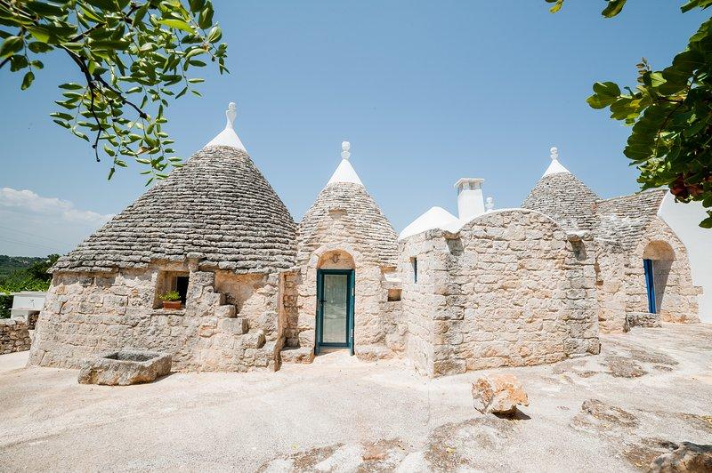 Traditionele oude ingang van de trulli TreCasiedde