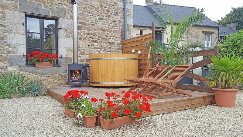 Holiday rental Dinan Brittany, Private HOT TUB, Red house gites, holiday rental in Brusvily