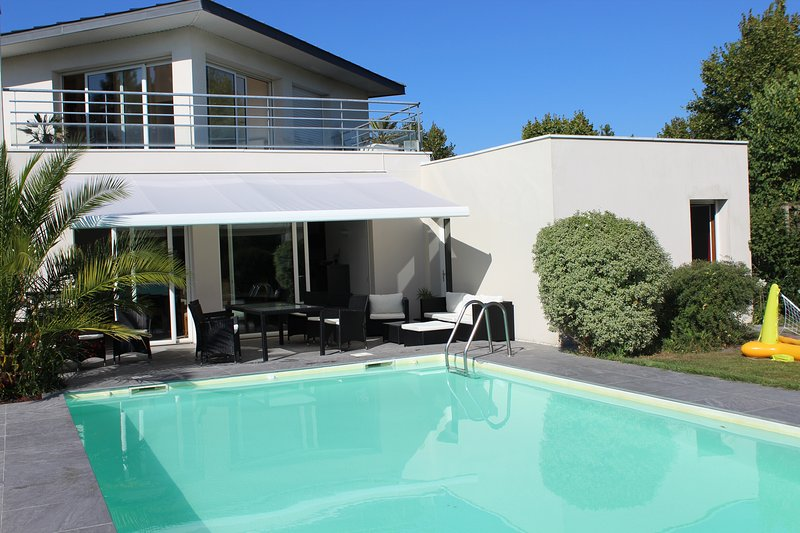 8 avis et 8 photos pour Grande maison de vacances avec piscine