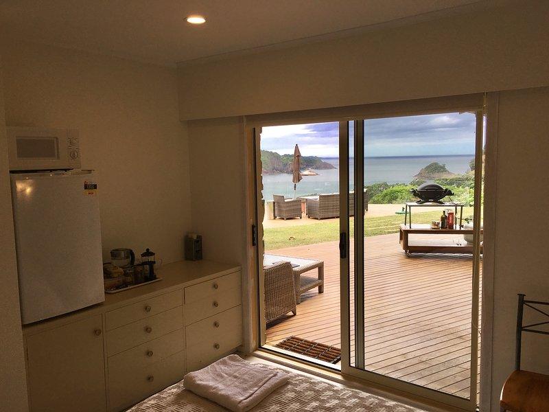 Su habitación con vistas mirando por encima de la Reserva Marina de Hahei y Barbacoa.