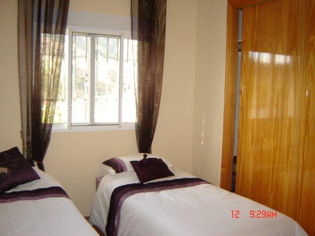 Segundo dormitorio con ventilador de techo + vista de las montañas en la parte delantera de la Villa