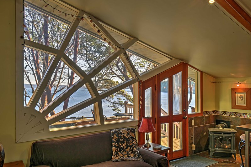 This unique quarter-circle window ideally frames the incredible landscape views.