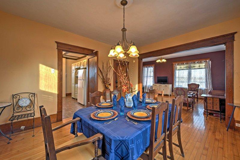 Los pisos de madera y molduras continúan en el comedor de estilo toscano.