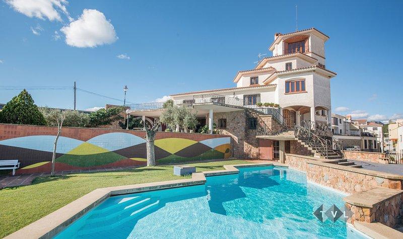 LaGuaita. Villa de lujo con encanto y con jardin, piscina, pista de tenis, ..., aluguéis de temporada em Vilaplana