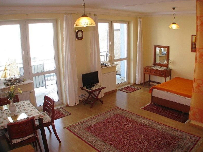 Sunny Aga Apartment 200m to sea promenade, holiday rental in Mrzezyno