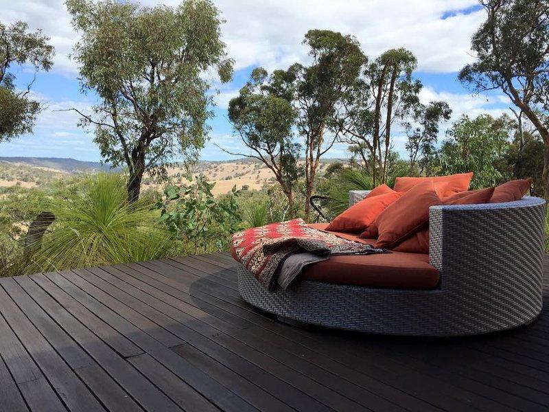 Relaxe no deck - recarregar e apreciar a vista panorâmica do Vale do Chittering