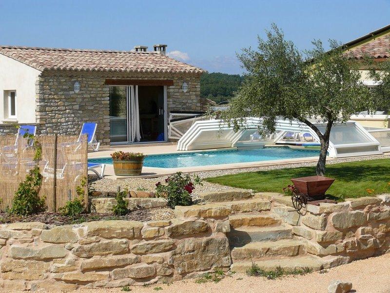 Magnifique gîtes avec piscine couverte sur exploitation viticole, holiday rental in Saint-Maurice-de-Cazevieille