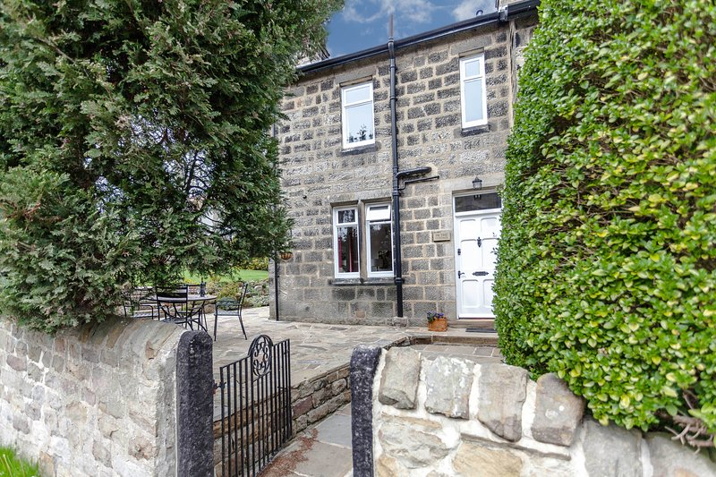 Fir Tree Cottage, Huby, lovely stone built semi-detached cottage near Harrogate, holiday rental in Guiseley
