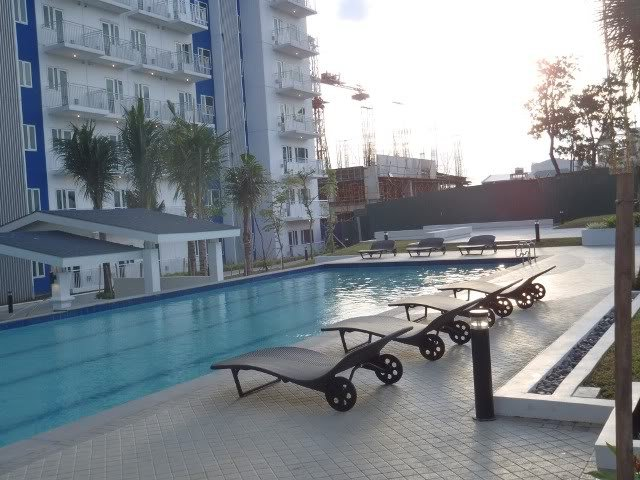 Manila (QC) condo with balcony, WIFI,  a big shopping Mall & swimming pools, vacation rental in Marilao