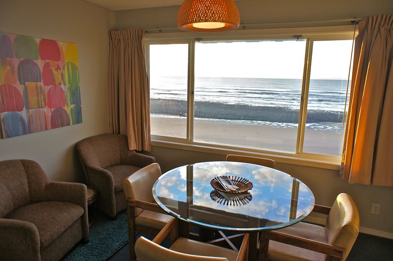 Surf du Soleil has a comfortable seating area and dining table