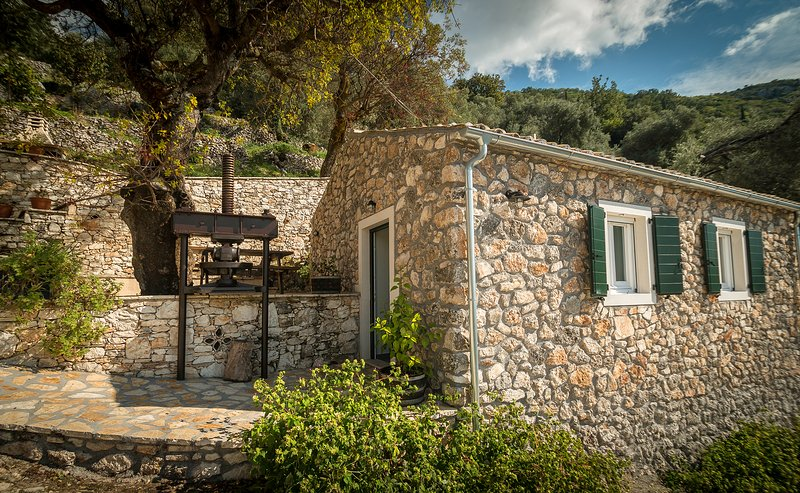 Castelli Olive Press -Traditional small stonehouse, vacation rental in Acharavi