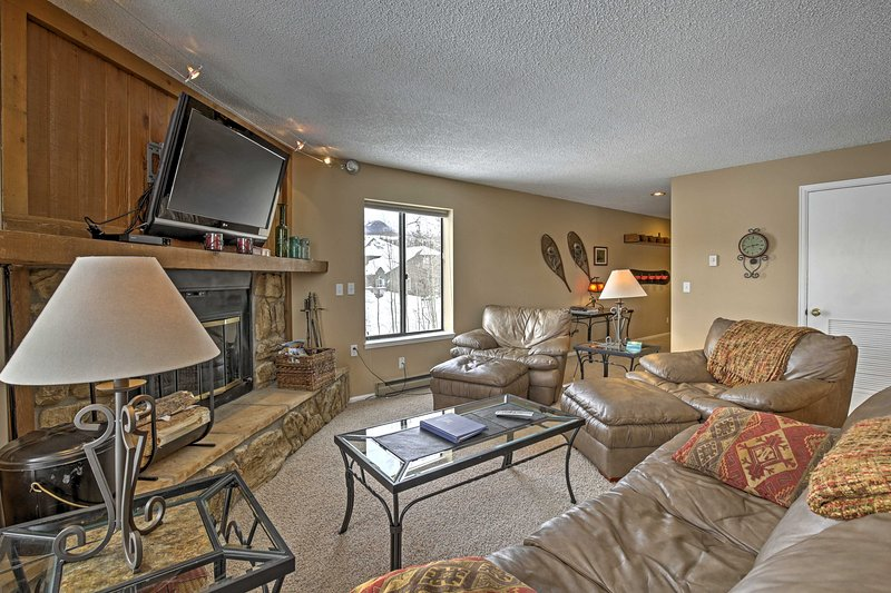 Central Condo w/Hot Tub Access: 11 Mi to Keystone!, location de vacances à Silverthorne