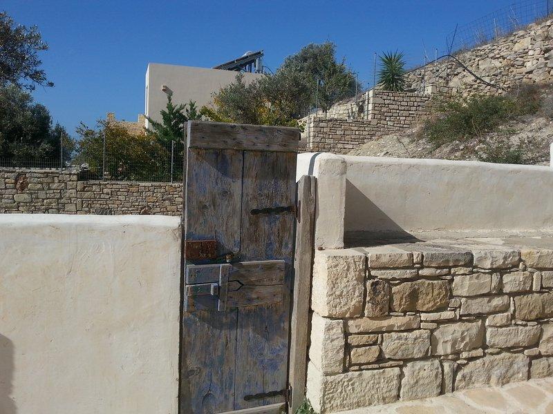 mur de pierre à côté de la maison