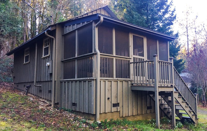 Charming Creekside Cottage! Relax in nature and walk to downtown Nevada City!, vacation rental in Penn Valley