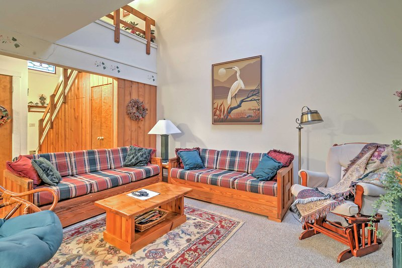 Siediti e rilassati nel confortevole soggiorno.