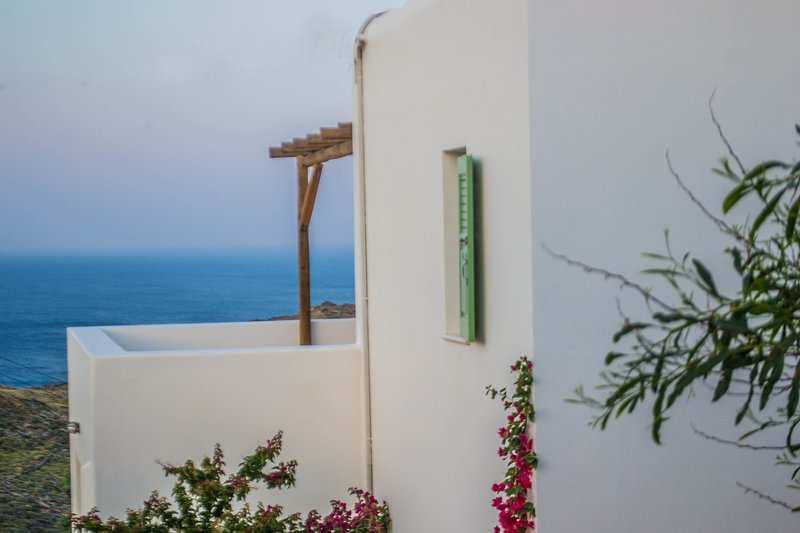 """On The Rocks - Main House"", Family Home with Infinity Pool & Breathtaking Views, vacation rental in Ios"