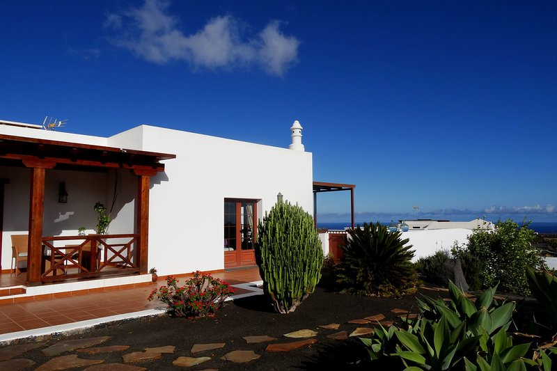 Villa El Mojón with private pool in Teguise, vacation rental in Las Laderas