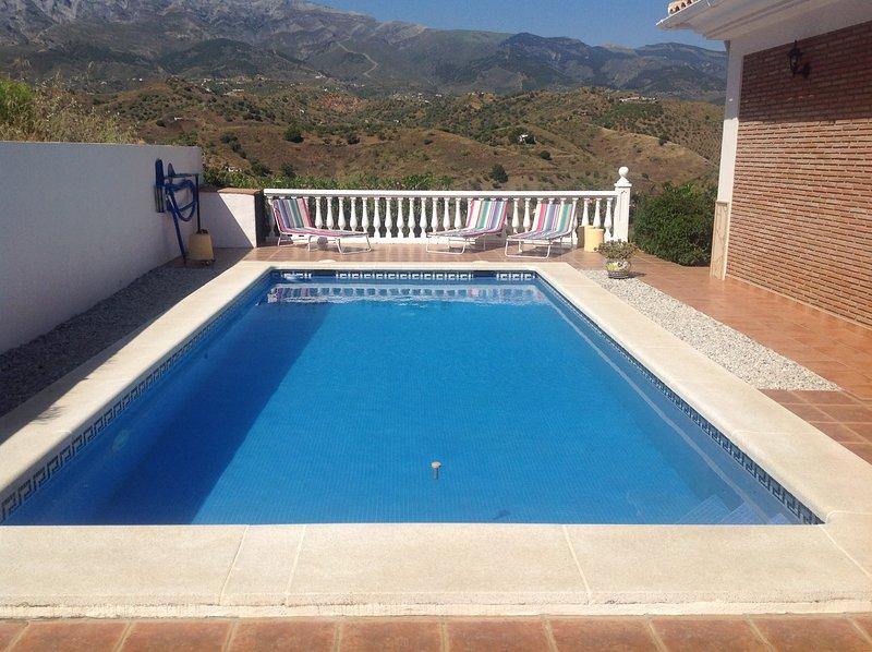 Piscina con vista a las montañas. Tamaño de la piscina de 4 metros x 8 metros.