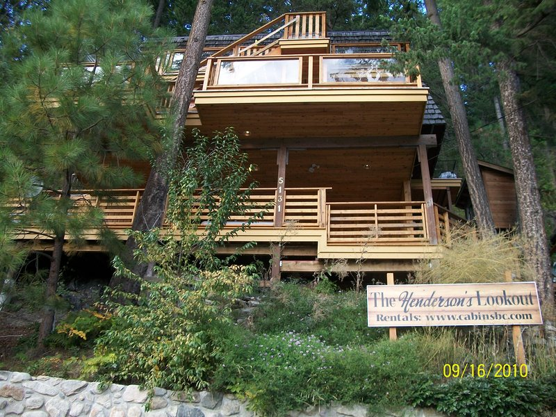 Toda la construcción de cedro construida en maderas, con cubierta de bañera de hidromasaje, 4 niveles de privacidad y vistas, aparcamiento para 7