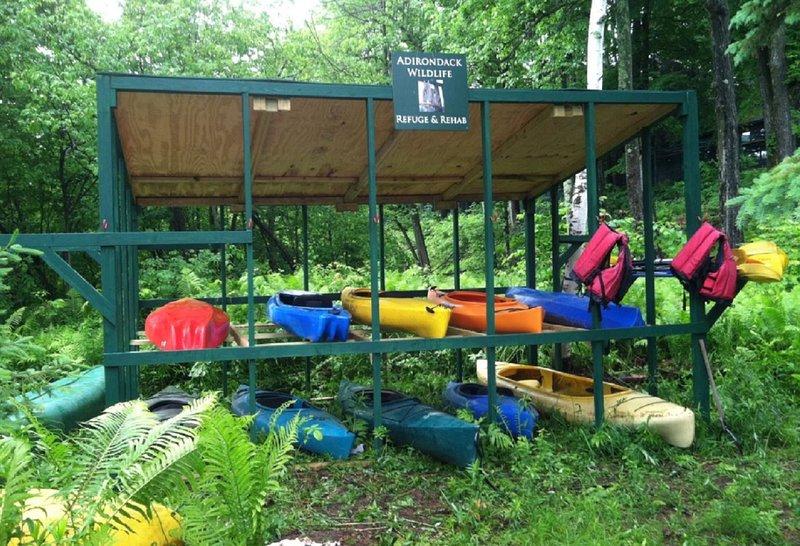 Utiliza nuestras canoas y kayaks en el lago Everest en el refugio de vida silvestre, a 2 millas de Beaver Creek Lodge.