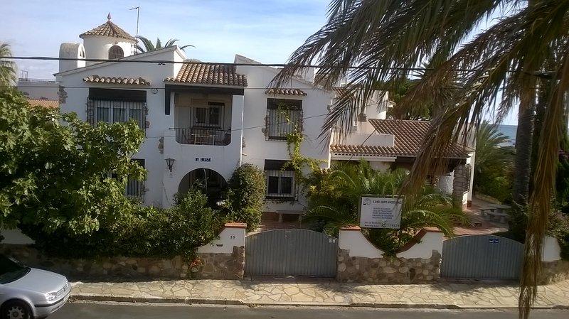 .. Las Siestas ..a 10 m de la playa con piscina , en Montroig bahia ., holiday rental in Mont-roig del Camp