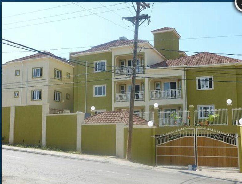 BEAUTIFUL MODERN  2 BEDROOM CONDO IN LIGUANEA, KINGSTON, JAMAICA., location de vacances à Kingston Parish