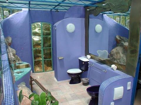 Pavilhão da Arte del buen cuarto de baño todo en tonos azules.