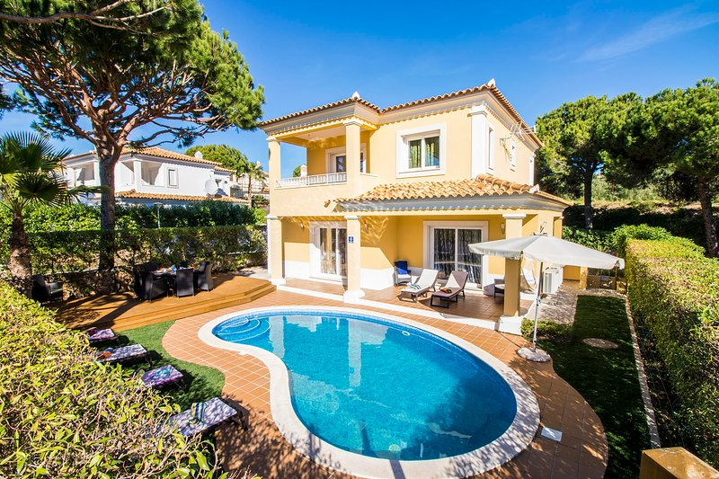 This villa is inserted in a quiet area very near the Pinhal golf course.