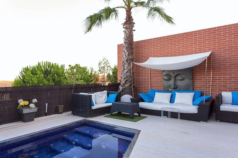 Modern house with private pool, alquiler vacacional en Badalona