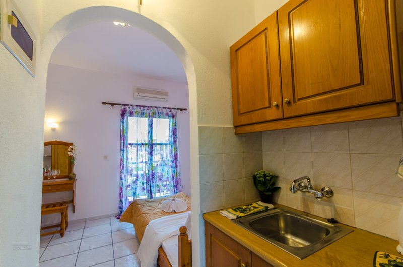 №1 Comfortable double studio 50 m from the sea!, holiday rental in Skiathos