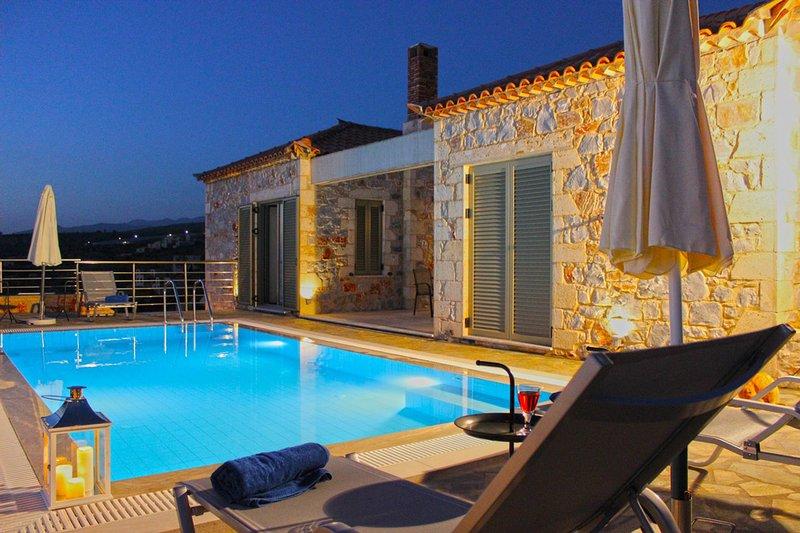 Luxury Villa Phaedra in Stoupa, Private, Infinity Pool, BBQ and unique sea view, aluguéis de temporada em Lefktro