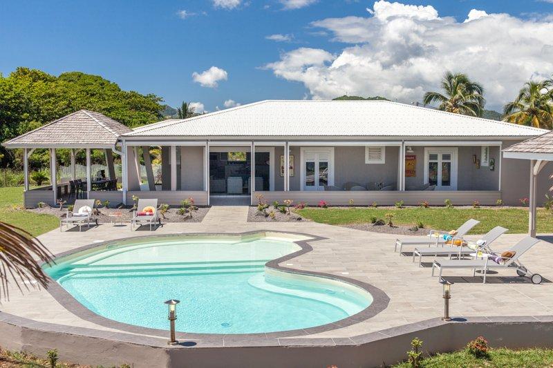 La zona de la piscina, ideal para refrescarse y relajarse junto al mar