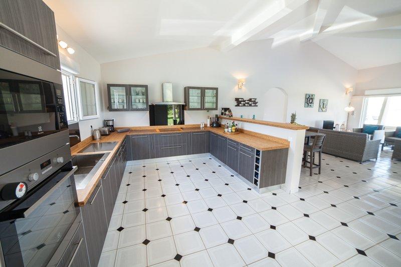 La cocina, sala central de la casa es funcional y totalmente equipada