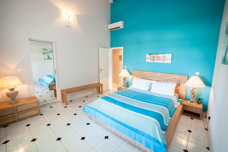 La habitación azul, abertura con una puerta de cristal a la terraza, apelar a soñar y serenidad